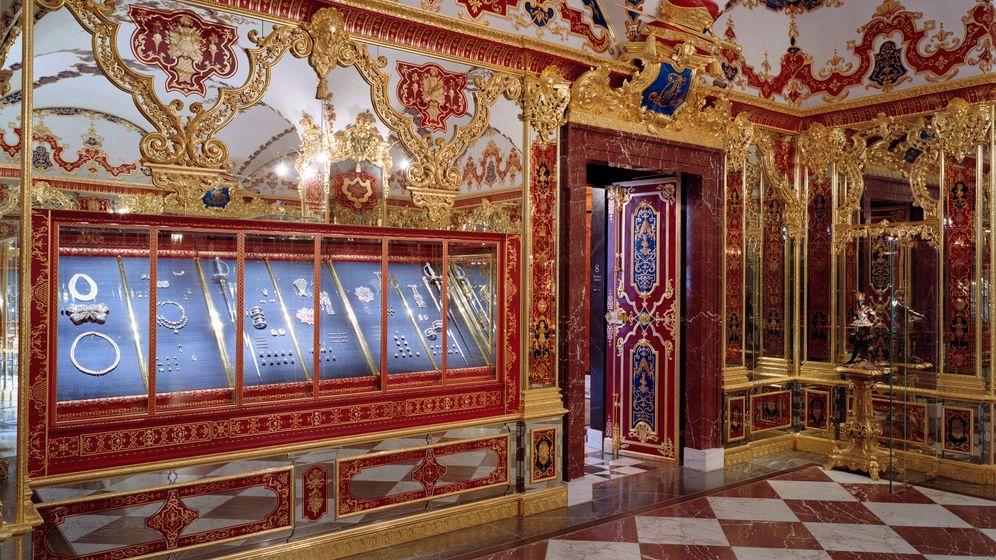 Blick ins Juwelenzimmer des Dresdner Historischen Grünen Gewölbes: Aus dieser Vitrine wurde Diamantschmuck im Wert von mindestens 113,8 Millionen Euro entwendet