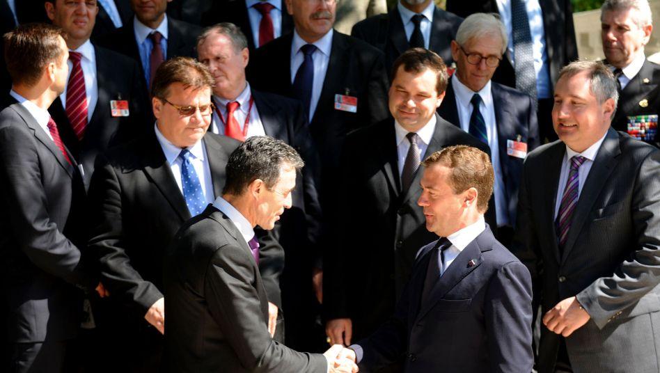 """Nato-Chef Rasmussen, Präsident Medwedew (vorn): """"Riesiger Respekt"""""""