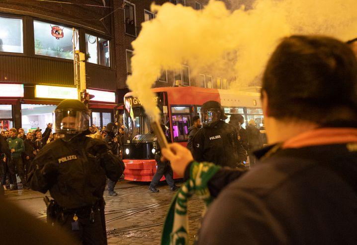 In Bremen hatten sich Hunderte Menschen in den Straßen versammelt, um den Klassenerhalt zu feiern