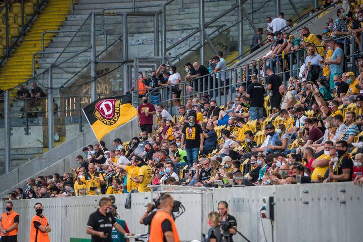 Fans beim Pokalspiel zwischen Dynamo Dresden und dem Hamburger SV am vergangenen Montag