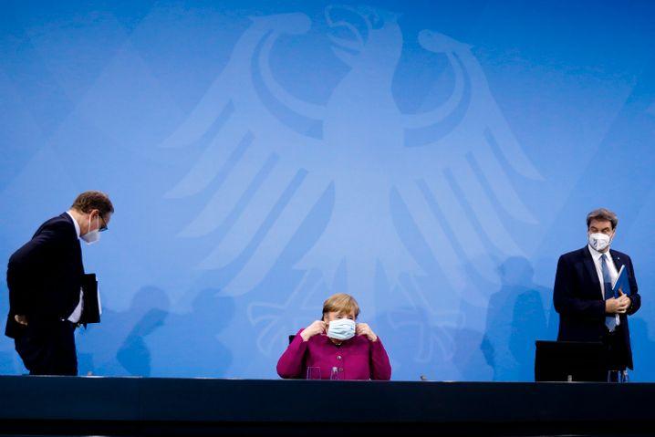 Michael Müller, Angela Merkel und Markus Söder kurz nach der Pressekonferenz im Anschluss an das Bund-Länder-Treffen
