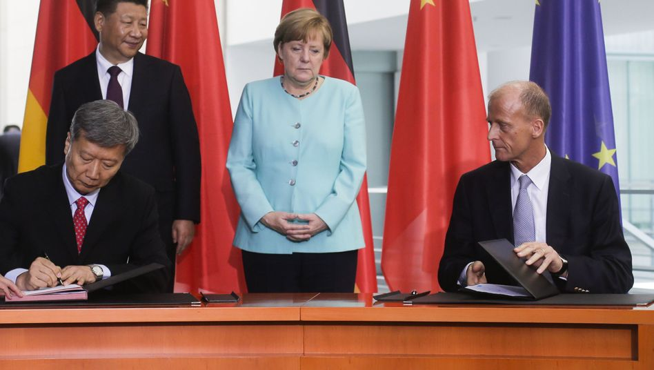 CAS-Chef Sun Bo (l.), Xi Jinping, Angela Merkel und Airbus-Chef Tom Enders