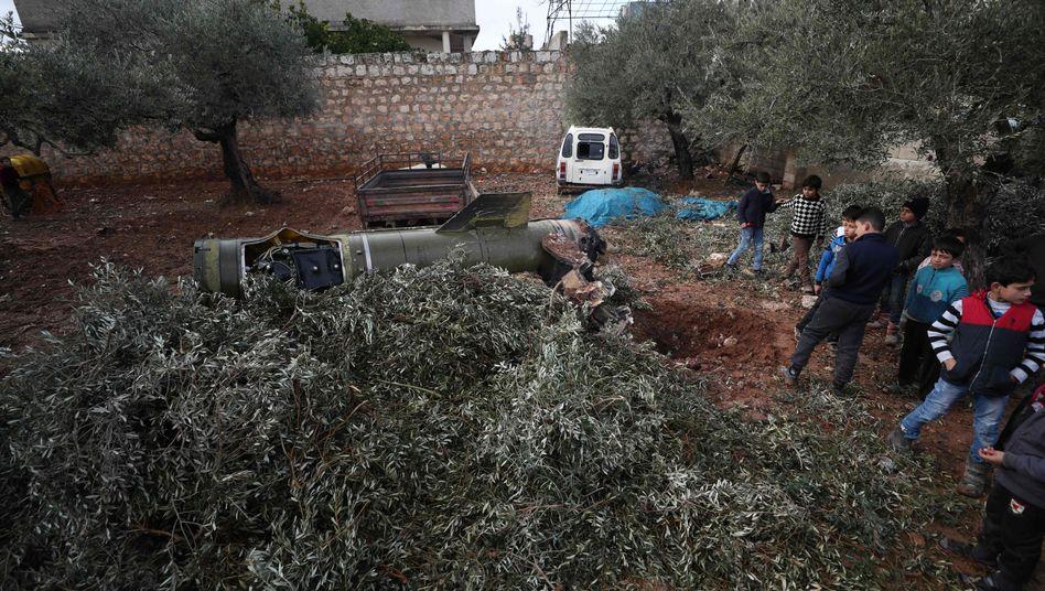 Kinder sehen sich die Überreste der Rakete an, die auf einem Olivenhain gelandet ist