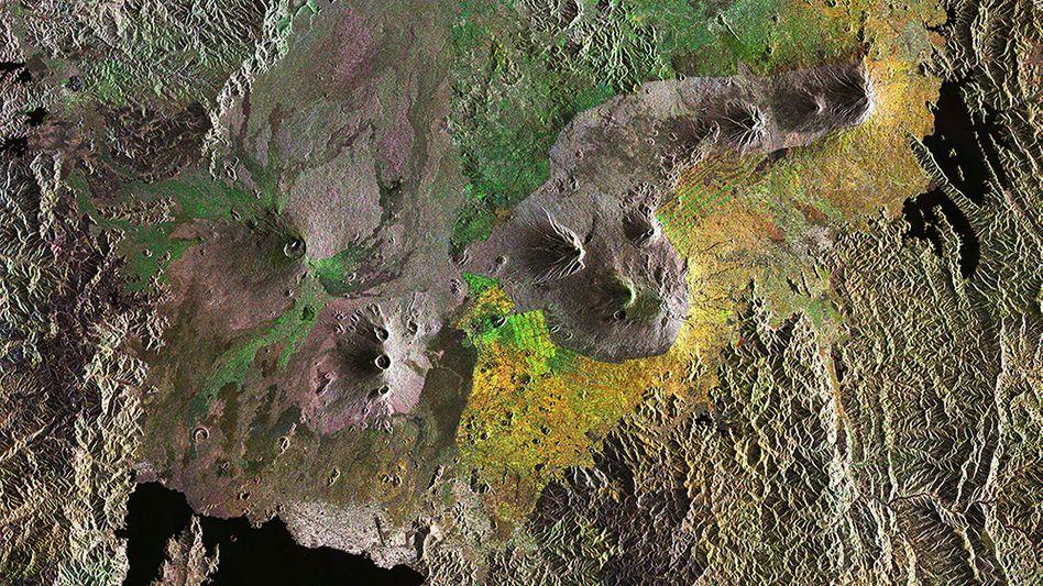 Virunga-Vulkanlandschaft: Die dunkelgrünen und braunen Flächen zeigen natürliche Vegetation, die hellgrünen, gelben und orangefarbenen hingegen menschengemachte Landschaften wie Ackerflächen