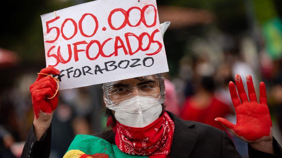 Demonstrant in Manaus mit Banner »500.000 Erstickte«