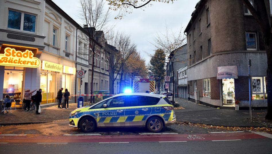 Ein Polizeiwagen sperrt in Gelsenkirchen eine Straße ab, in der in einer Wohnung hochexplosive Chemikalien entdeckt worden sind