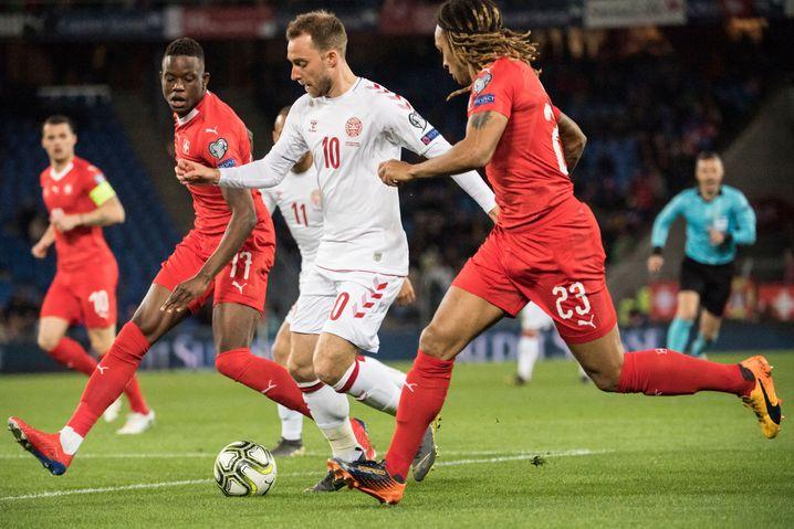 Dänemarks Christian Eriksen im Duell mit Denis Zakaria und Kevin Mbabu (Schweiz)