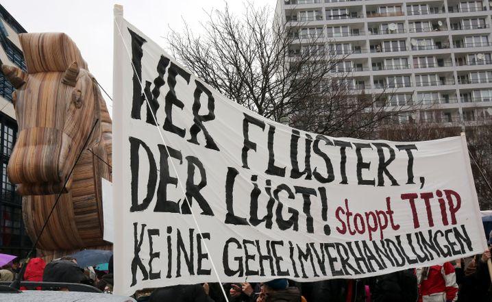 """Banner bei Anti-TTIP-Demo: """"Ein undemokratisches System ohne Vorteile"""""""