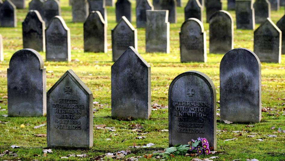 """Gräber auf dem Friedhof Ohlsdorf (Archivbild): """"Keinen Cent für die Grabpflege dieses Verbrechers"""""""