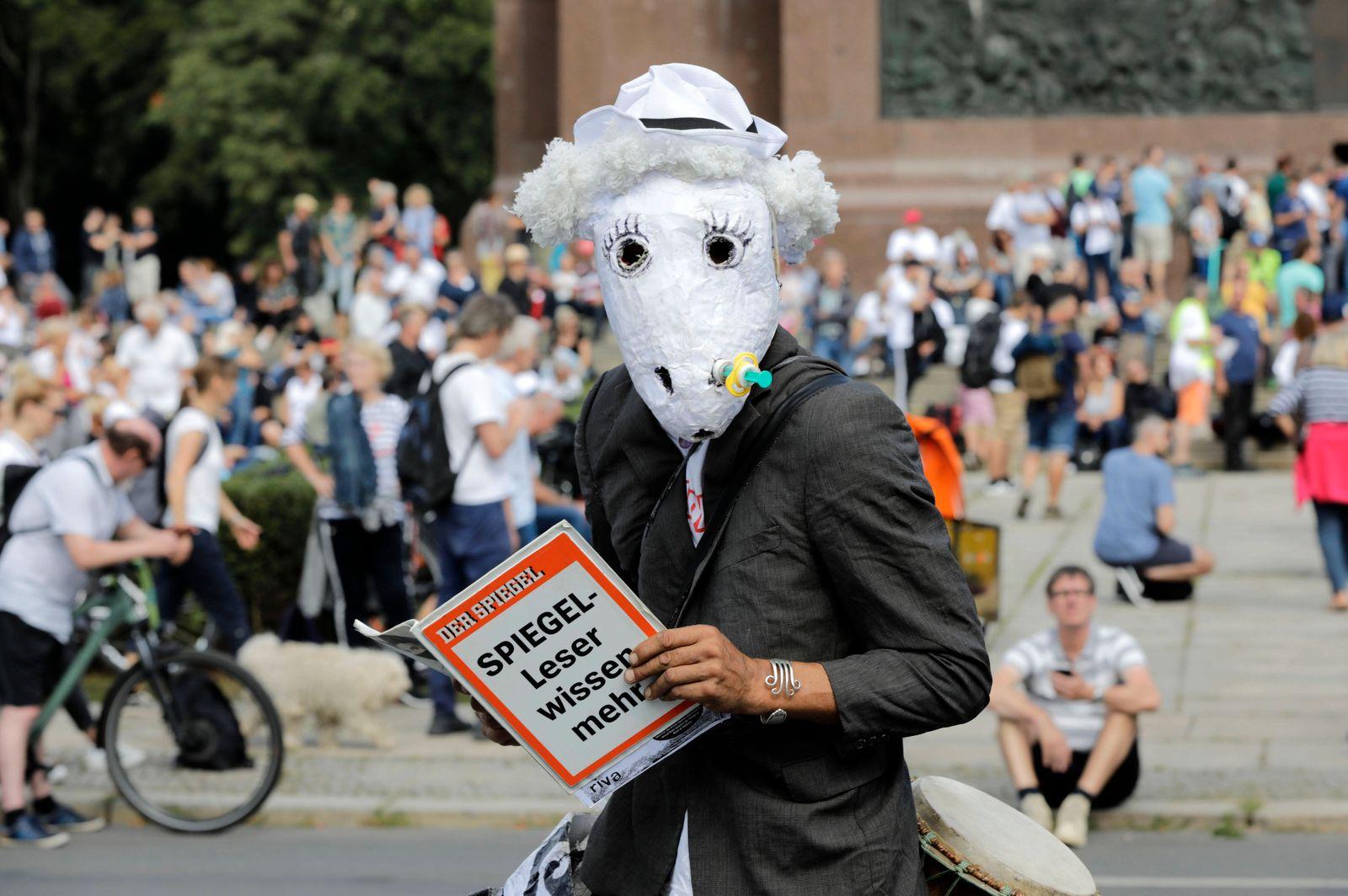 Demonstranten verschiedener Gruppierungen wie etwa der Initiative Querdenken 711 protestierten mit einer Großdemonstrati