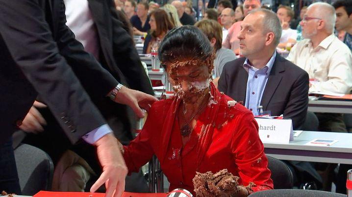 Sahra Wagenknecht mit Torte