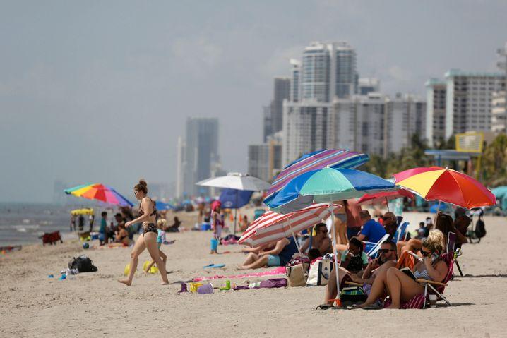 Keine Angst vor Corona: Sonnenanbeter in Hollywood Beach in Broward, vor der Schließung der Strände zum Wochenende
