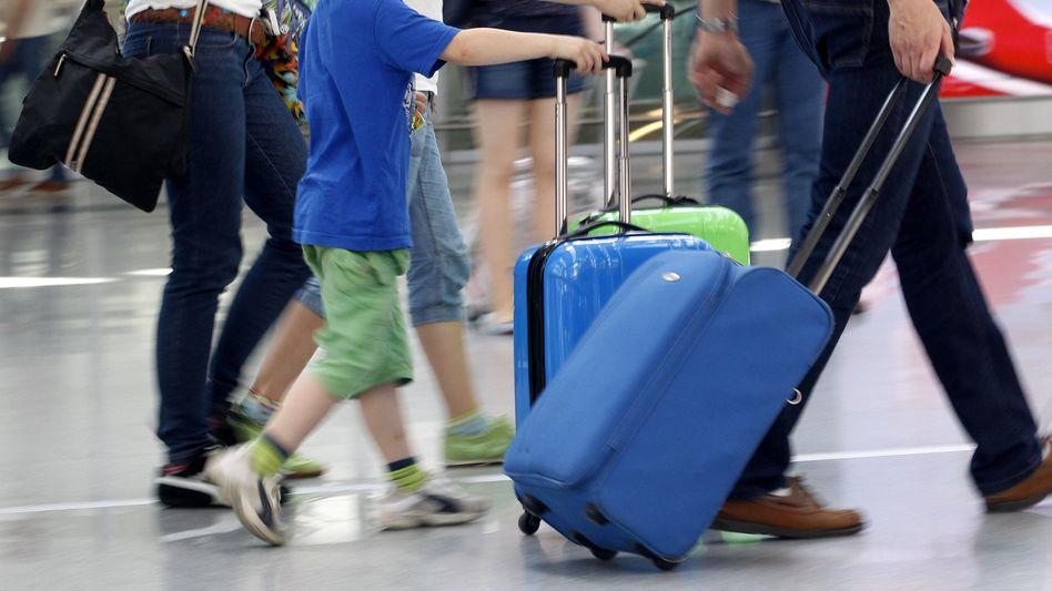 Reisende auf dem Düsseldorfer Flughafen (Symbolbild)