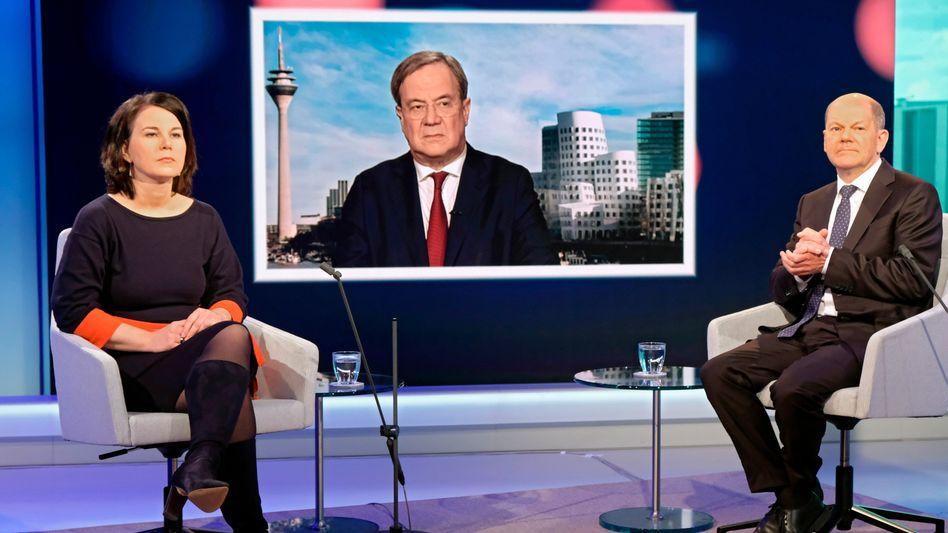 Baerbock, Laschet (auf dem Monitor), Scholz in einer Diskussionsrunde des WDR-Europaforums