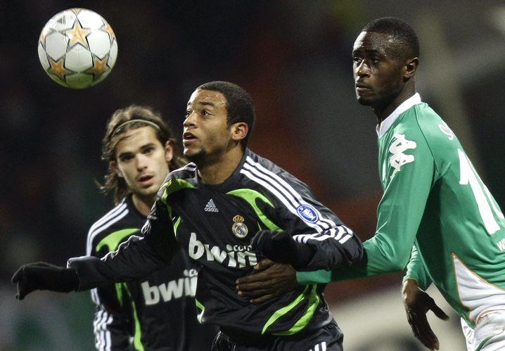 Marcelo im Zweikampf mit Werder Bremens Boubacar Sanogo 2007