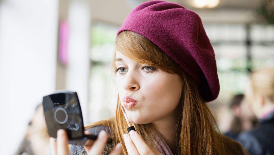 Make-Up-Kontrolle in der Öffentlichkeit: Weiblicher Narzissmus spielt sich zwischen Leistung, Attraktivität und Anpassung ab
