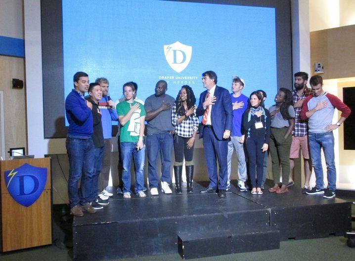 Tim Draper und seine Studenten sagen den Superhelden-Eid auf