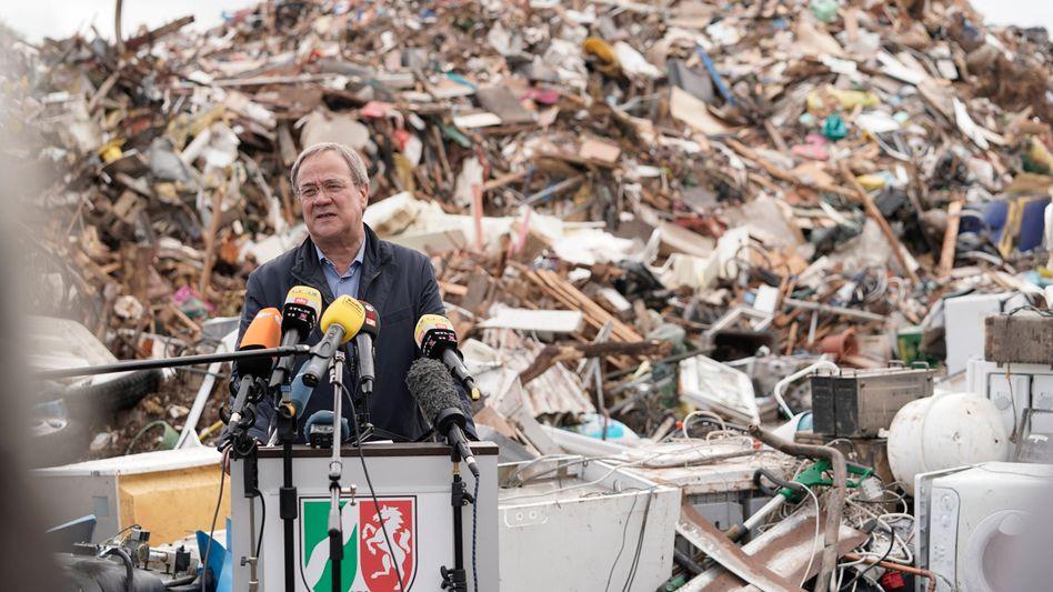 Armin Laschet in Swisttal (am 2. August): Unser irdischer Müll