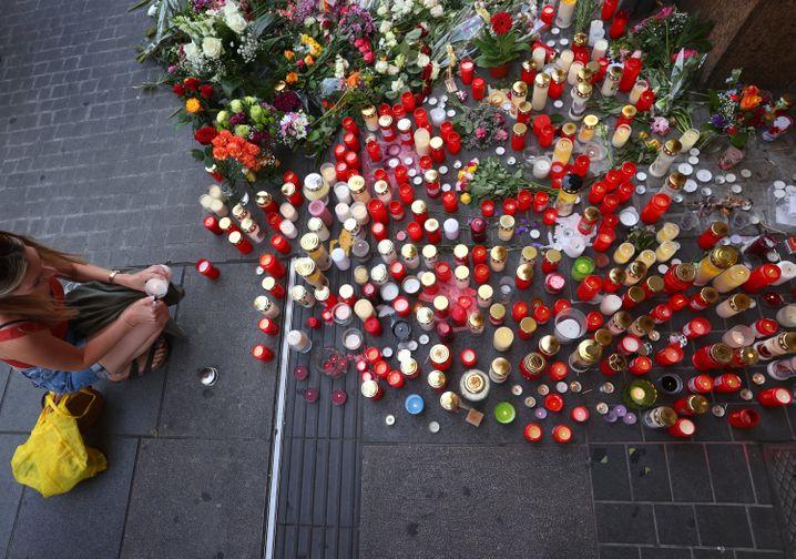 Menschen in Würzburg trauern um die Opfer und bringen Kerzen und Blumen zum Tatort