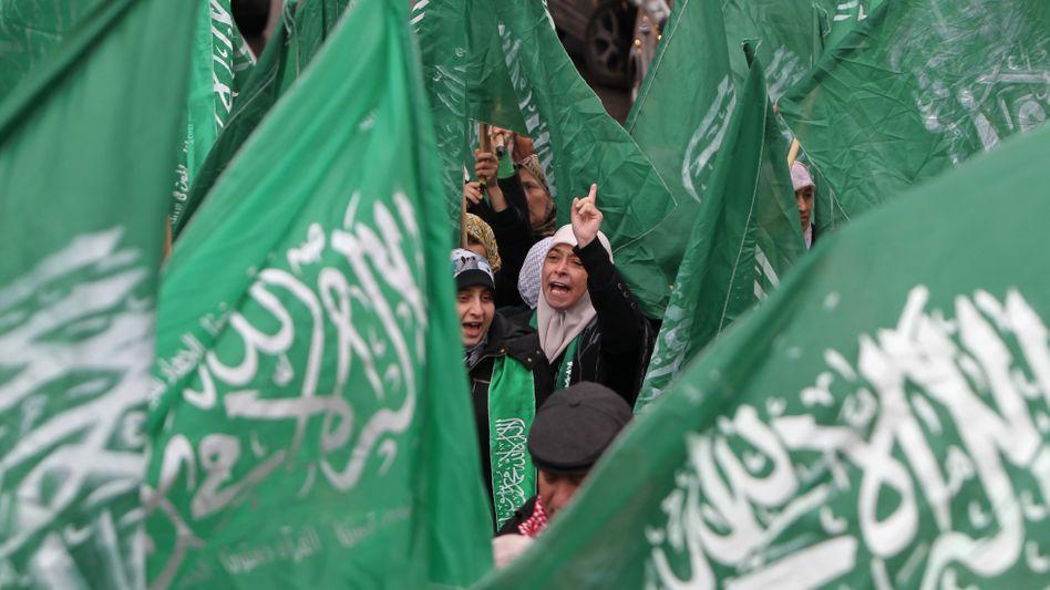 Hamas-Flaggen bei Protesten in Ramallah: In Deutschland dürfen die Fahnen der radikal-islamischen Palästinenserorganisation künftig nicht mehr geschwenkt werden