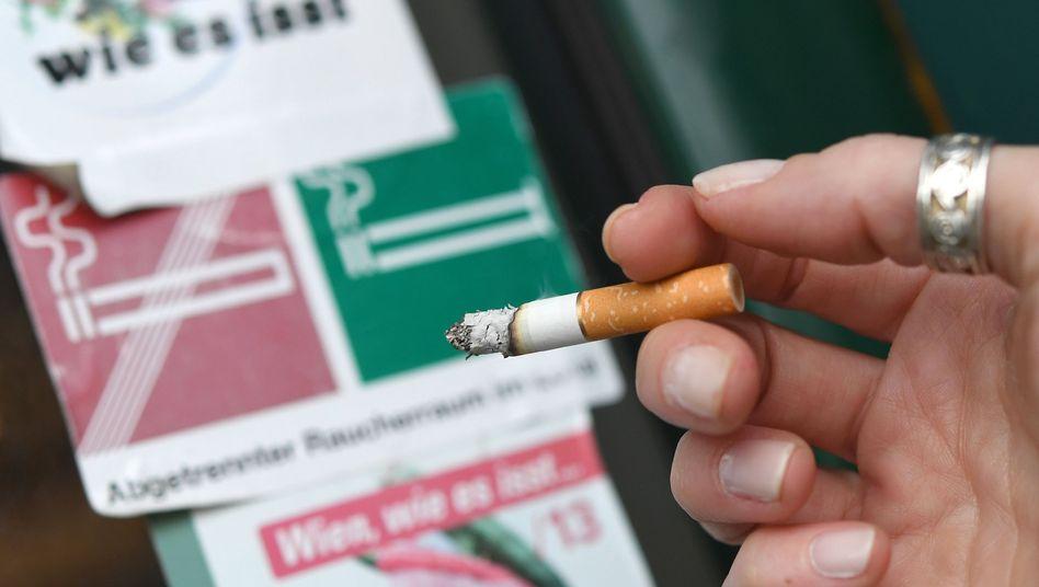 Raucherin vor einem Restaurant in Österreich