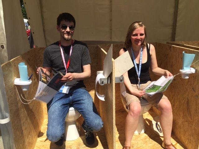 Daniel Schumacher und Katrin Weber auf ihren Klo-Attrappen