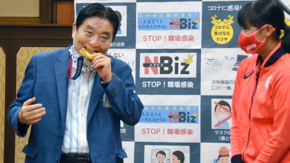 Takashi Kawamura beißt zu