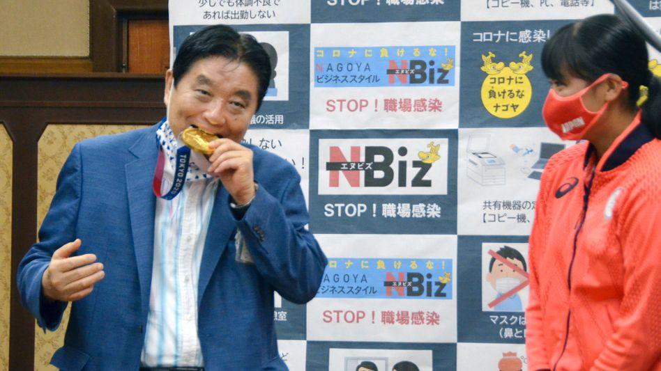 Bürgermeister Takashi Kawamura biss ohne Erlaubnis in die Medaille