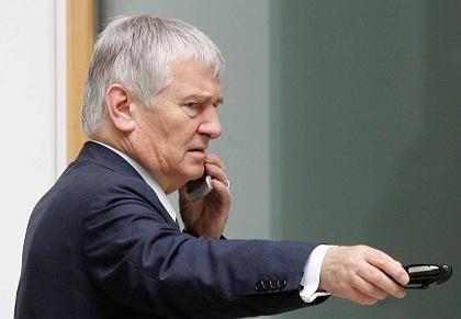 Innenminister Schily: Daten mindestens ein Jahr lang speichern