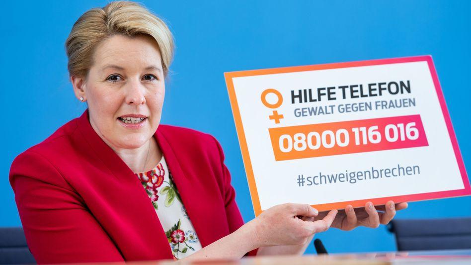 Familienministerin Franziska Giffey stellt den Bericht des Hilfetelefons vor