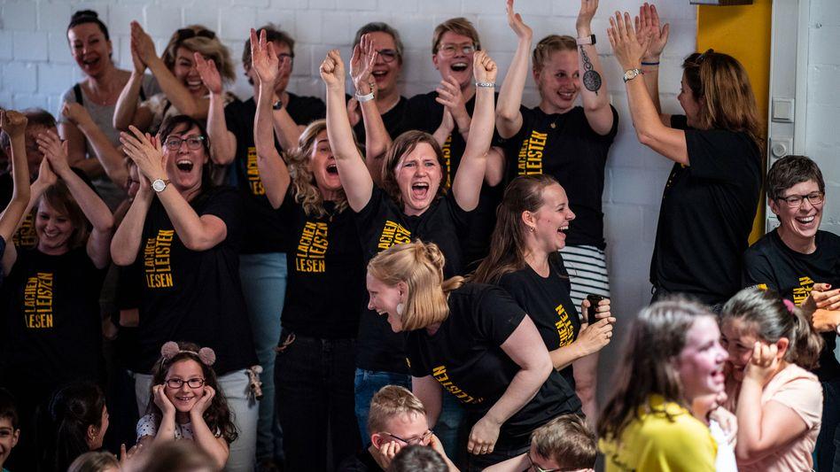 Gewonnen: Schüler, Lehrkräfte und Eltern der Gebrüder-Grimm-Schule jubeln