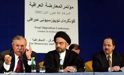 Londoner Konferenz irakischer Oppositioneller Mitte Dezember 2002: Kurdenführer Dschalal Talabani (l.) Abdul Aziz al-Haqim (M.), Stellvertreter des Rats der islamischen Revolution des Irak