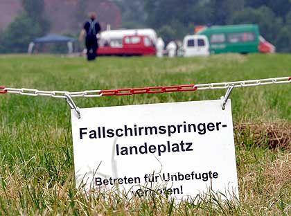 Absturzstelle: Die Polizei hat das Flugfeld abgesperrt, auf dem Möllemanns Leiche liegt