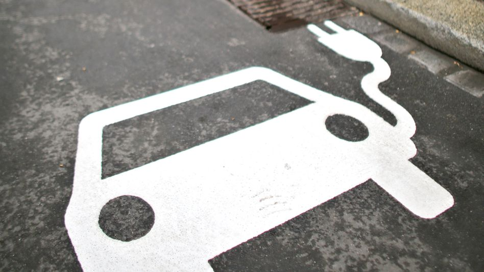 Parkplatz vor einer Ladesäule für E-Autos