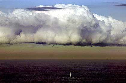 Dicke Luft: Dreckige Luftschichten unter einer Wolke vor Sydney