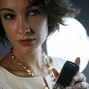 Model mit Modell: Eine Schönheit präsentiert in Singapur das neue Nokia E66