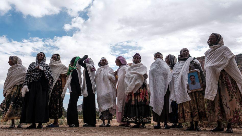Trauernde Frauen in Dengolat: Im Dorf sollen eritreische Soldaten ein Massaker verübt haben
