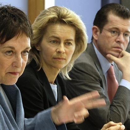 Regierungsmitglieder Zypries, von der Leyen, zu Guttenberg: Drei Minister tragen einen Gesetzentwurf, dem Kritiker mehr Nebenwirkungen als Wirkung zutrauen