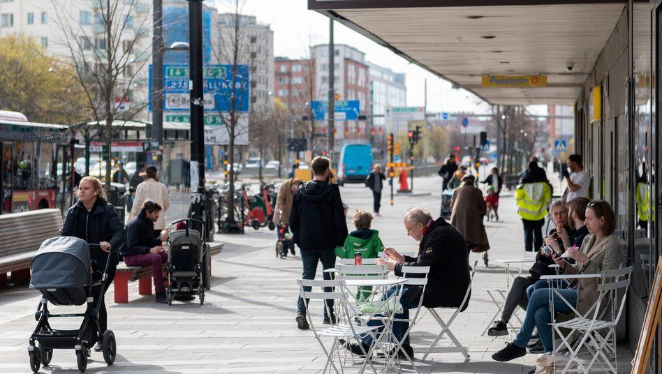 Menschen vor einem Eiscafé in Stockholm (Archivaufnahme vom April 2020)