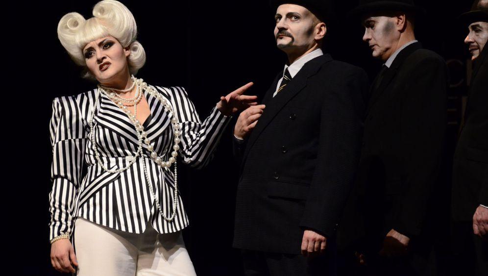 Brecht am Volkstheater Rostock: Man raucht Kräuterzigaretten
