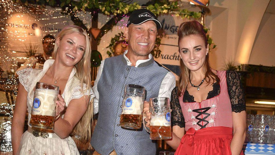 Ex-Boxer Schulz, Model Natascha Hofmann, Schwimmerin Elena Krawzow (beim Hofbräu-Oktoberfest in Berlin am 26. September):»Ein Wrack«