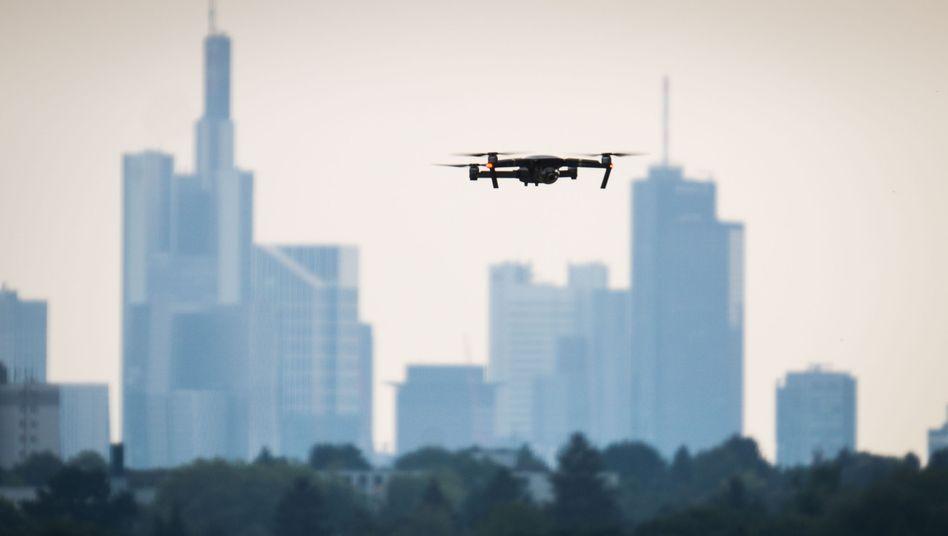 Eine Drohne in Frankfurt (Archivbild): Immer wieder werden die Abläufe an Flughäfen gestört