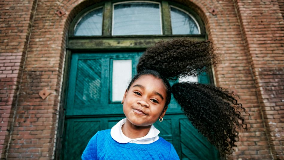 """Lächelndes Mädchen: """"Kinder sind die Gesellschaft von morgen, sie sind unsere Zukunft"""""""