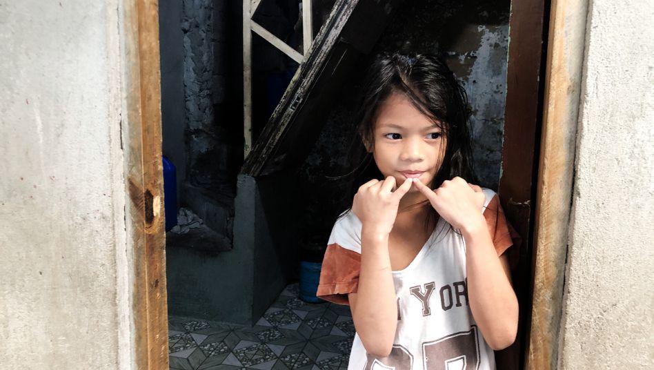 Junge Bewohnerin des Elendsviertels »Happyland« in Manila