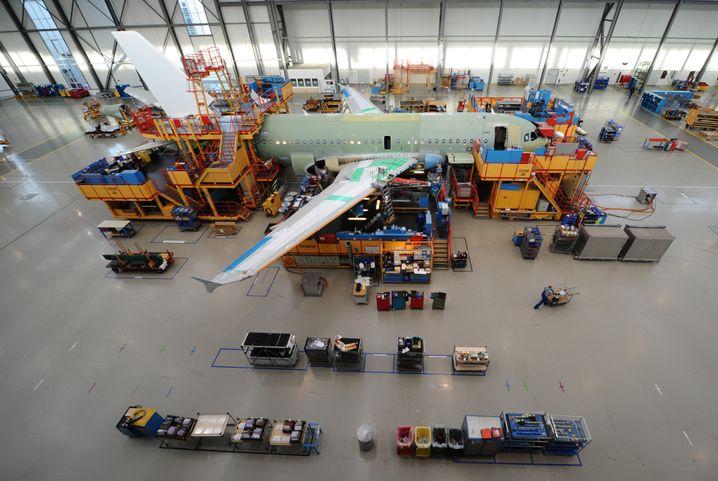 A320-Endmontagehalle im Airbus-Werk in Hamburg-Finkenwerder