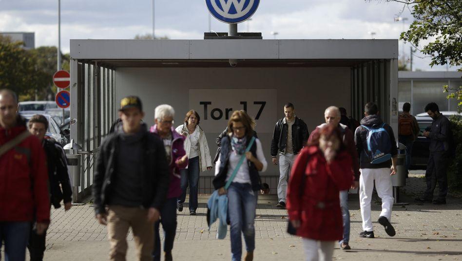 VW-Mitarbeiter beim Verlassen des Werkes: Abgasaffäre wird zu Milliardenfalle