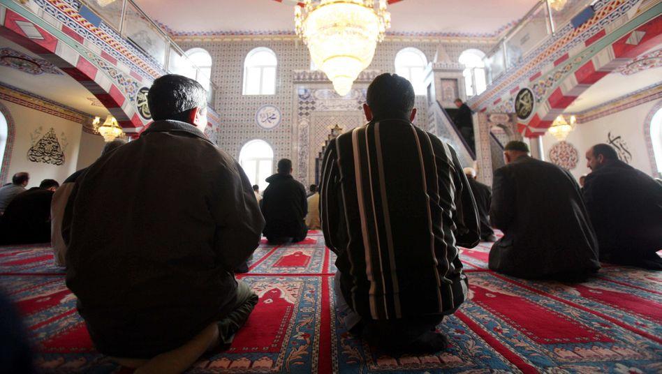 Besucher einer Moschee in Rendsburg (Archivbild)