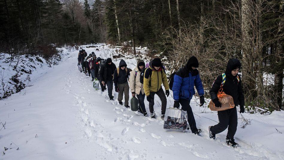 Eine Gruppe ägyptischer Migranten geht in Bosnien-Herzegowina durch ein Berggebiet