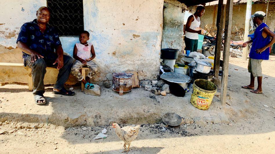Jackson Oseya und seine siebenjährige Tochter vor ihrem Haus in Owino Uhuru. Beide leiden an einer Bleivergiftung