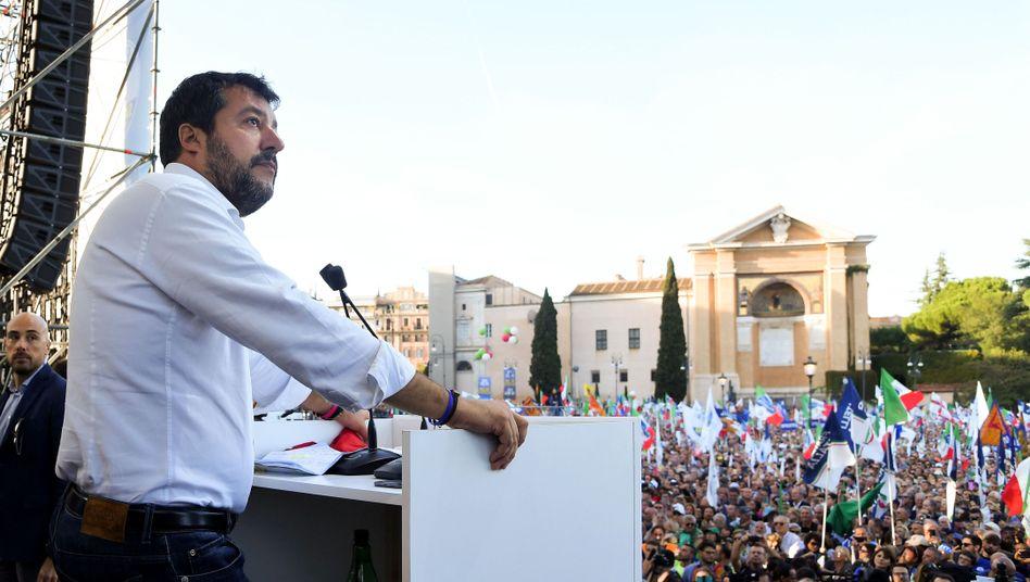 Matteo Salvini bei seinem Auftritt in Rom: und zum Abschluss Pavarotti